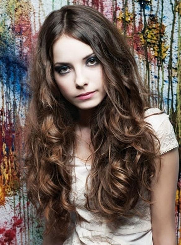 15 formas de llevar el pelo rizado Vogue - Peinados Pelo Rizado Largo Faciles