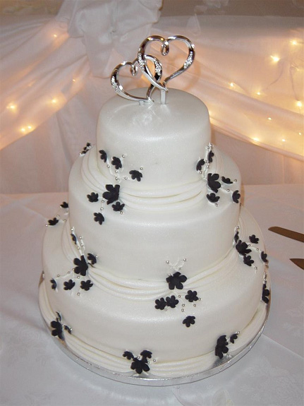 How To Decorate A Wedding Cake Table