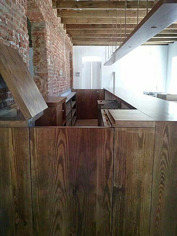 Cuenta con una barra de madera dise ada y realizada a for Barras de bar de madera