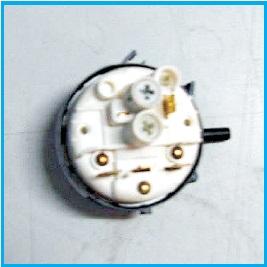 Pressure switch , fungsinya adalah mendeteksi adanya air berdasarkan