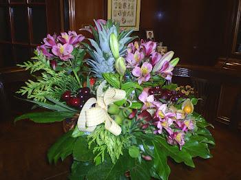 Una original y bonita cesta de flores y frutas