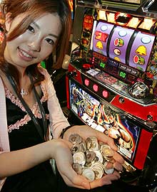 японцы азартные игры, пачинко, японский слот, японская девушка в казино, japanese slot game, japanese pachinko girl, japanese casino pachinko with sexy girl, winner japanese pachinko money