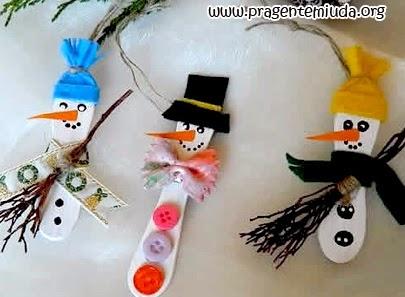lembrancinhas de natal com palitos de picolé e pazinhas de sorvete