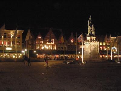Un lado de la Plaza Mayor, con frontones triangulares muy llamativos.