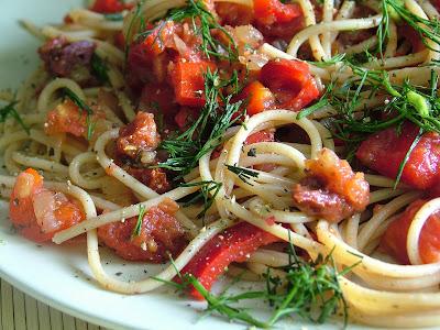 Makaron z sosem paprykowo-pomidorowym