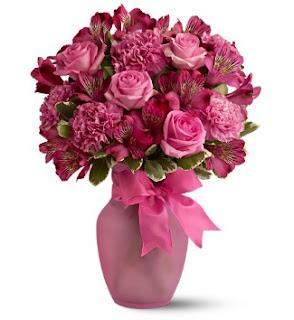 flores rosas en jarron rosa