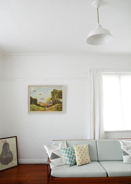 Trang trí căn phòng bằng hai bức tranh phong cảnh.