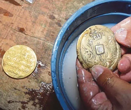 Gambar syiling emas harta karun di Pulau Nangka. Gambar syiling emas. Gambar 2 keping medal emas dan tembaga. Syiling emas zaman Kesultanan Melayu Melaka. Ciri-ciri syiling emas harta karun di Pulau Nangka.