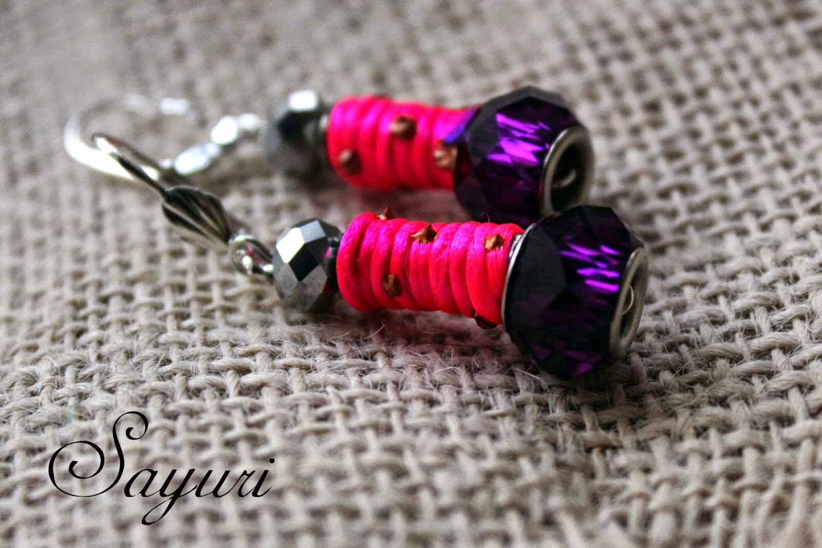 http://www.jewelsofsayuri.com/2015/01/diy-roze-en-paars-earrings.html