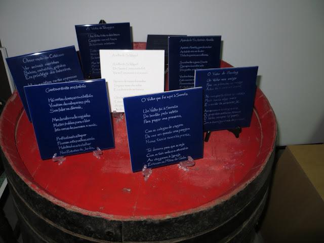 Fotografia de Velhas da Ilha Terceira gravadas em azulejos em cima de mesa feita de barril de vinho