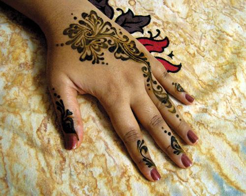 http://4.bp.blogspot.com/-u-DO9TRRV8I/TfGE_2qqEgI/AAAAAAAAAUk/X-GivWwTIIQ/s1600/Fancy+Mehndi+Designs+5.jpg