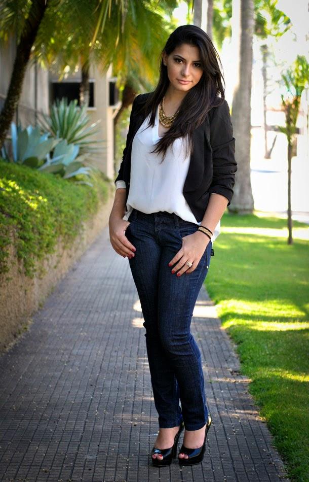 Look para trabalhar: Calça jeans camisa branca e blazer preto