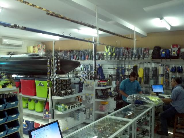 Foto de vendedores atendendo na loja de pesca da pontal da pesca
