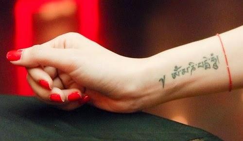 Mẫu hình xăm trên cổ tay ngón tay nhỏ đẹp cho nữ 14