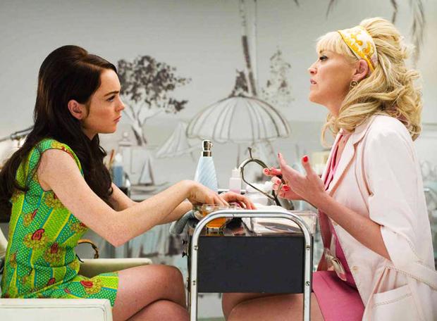 Lindsay Lohan enseñando piernas en vestido verde | Ximinia
