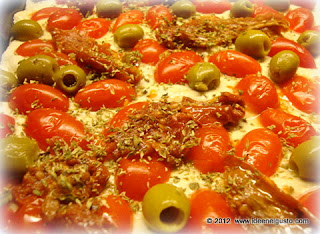 Pizza con pomodorini , pomodori secchi e olive