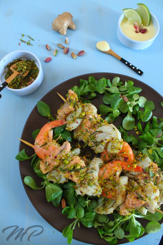 spiedini di pesce con panatura di pistacchi ed erbe aromatiche
