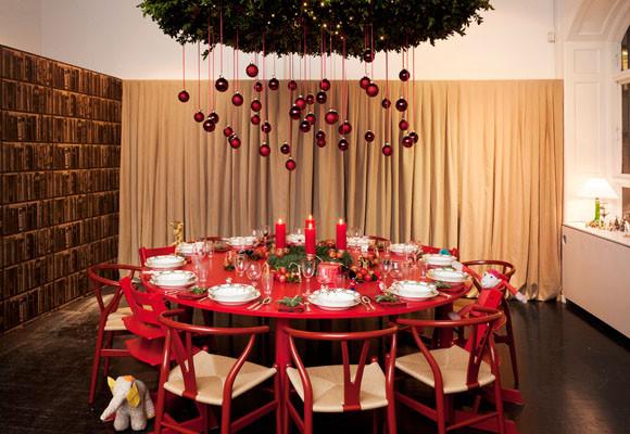 Marzua navidad sobre una mesa roja y redonda - Mesa para navidad decoracion ...