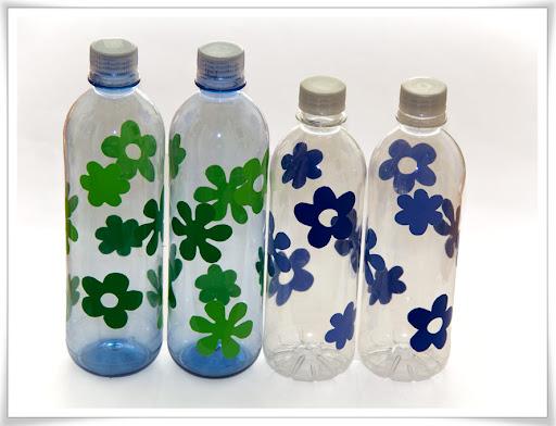 Vattenflaskor med blommor av grön och blå självhäftande plast