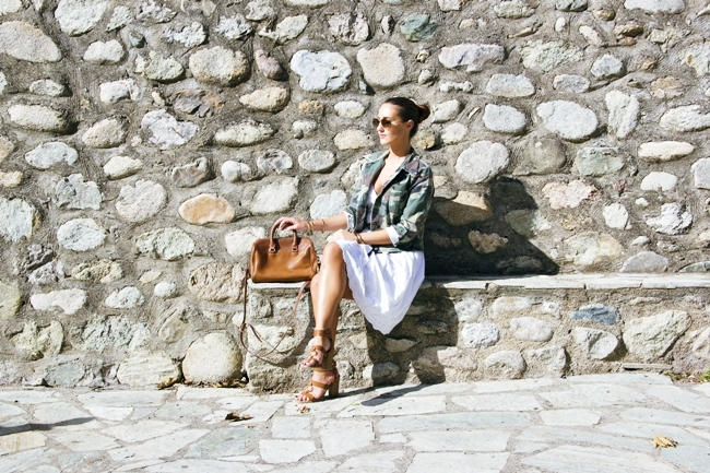 How to style camo army jacket.Kako nositi vojnicku jaknu.Summer white dress.Green camo army jacket.Voi&Noi sandals.Stradivarius bag.Ray-Ban Aviator sunglasses.