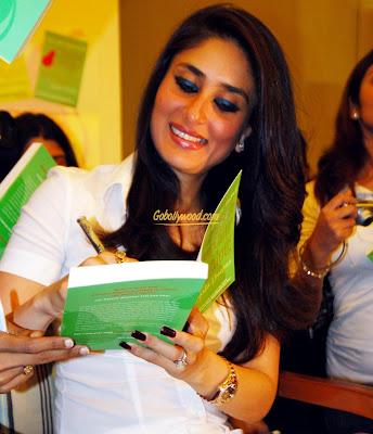 Kareena+Kapoor+Giving+Autograph
