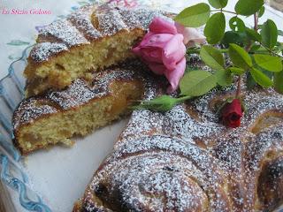 Torta di rose alla marmellata di pere e gocce di cioccolato