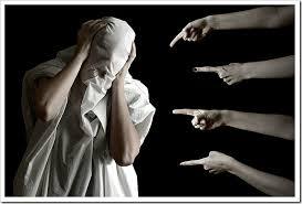 As críticas do mundo-Dedos apontando para pessoa encapuzada