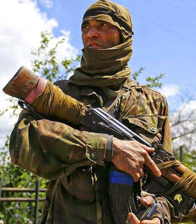 Separatista na cidade de Siversk, região de Donetsk, Ucrânia, identificado como 'Bakhtiyor', nativo do Uzbequistão Fonte: Reuters.