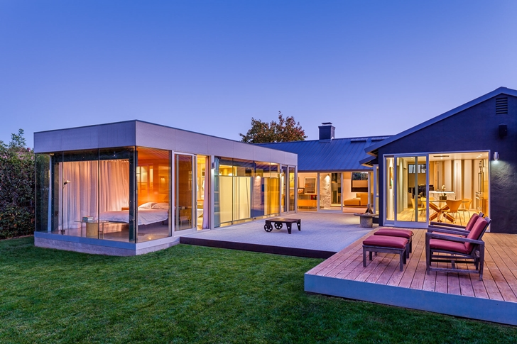 Suburban house by Shubin + Donaldson Architects at night