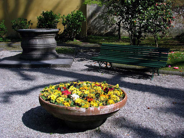 Bench, Lucca