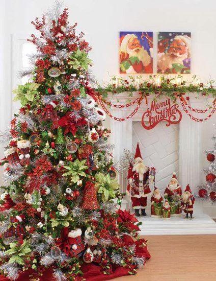 arboles de navidad blancos decorados en tonos rojo y verde acompaados con muecos de santa claus y flores de noche buena en verde