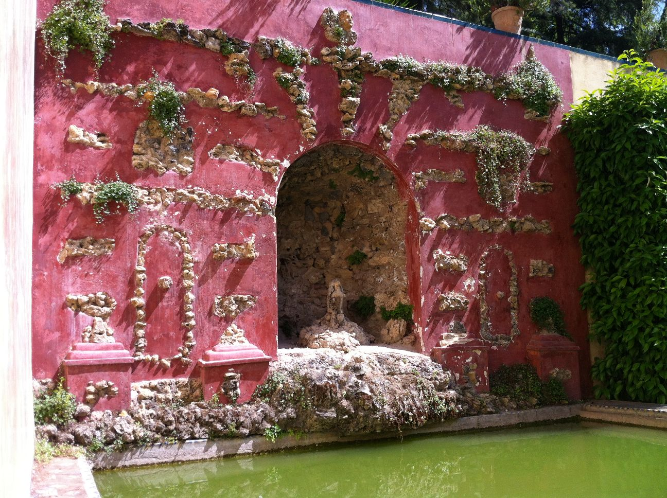 Sevilla daily photo la gruta del jard n de las flores for Jardines verticales sevilla