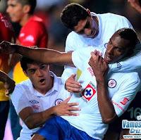Perea celebra su gol con el Cruz Azul