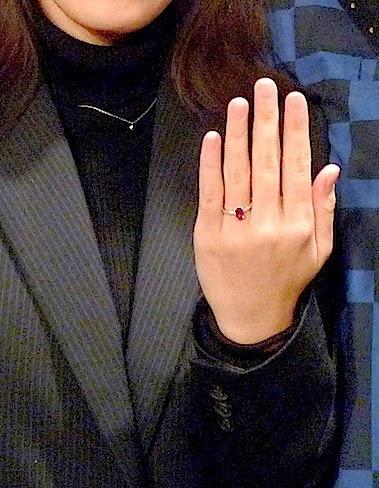 母からの大切なルビーでオーダーした婚約指輪を贈る喜び。
