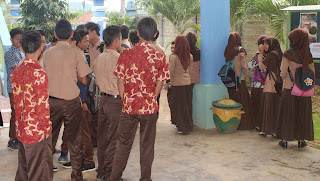 Membelakangi Kamera - SMK Negeri 1 Pakong