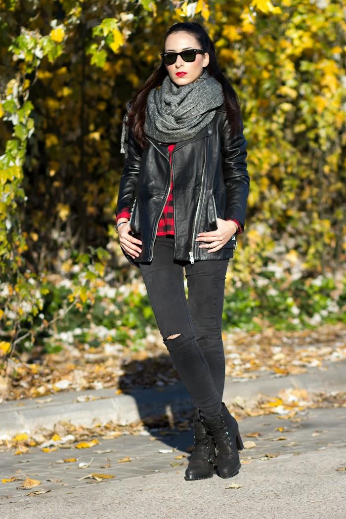 Look con maxi bufanda reversible de Zara y cazadora de cuero negro motera WOWS