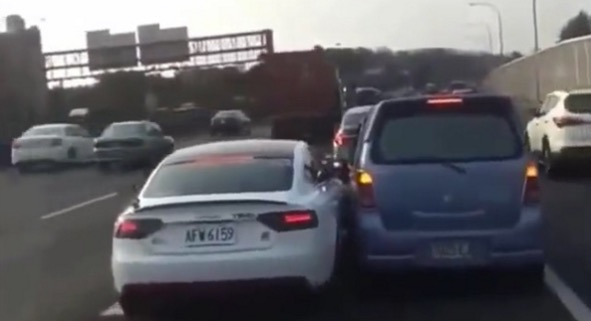 Lihat apa yang terjadi bila Audi dan MPV tidak mahu mengalah berebut lorong