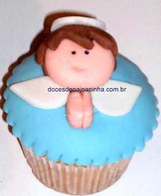 cupcake decorado lembrancinha batizado com pombinha e mini terço na caixinha
