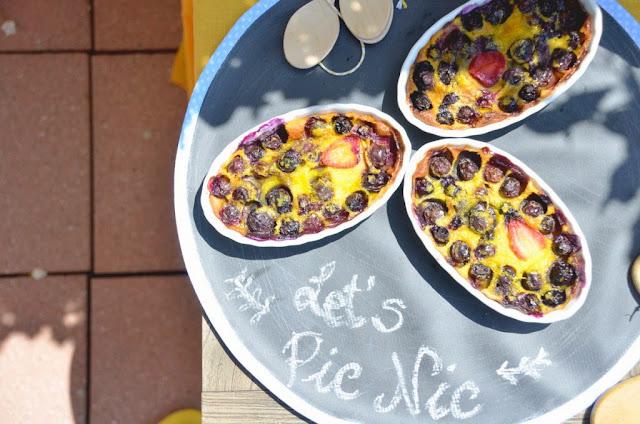 Clafoutis ai mirtilli per un picnic estivo, su tovagliette effetto lavagna