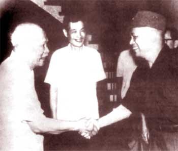 Đồng chí Lê Văn Lương (giữa) và Đại tướng Văn Tiến Dũng đón Bác Tôn Đức Thắng vào dự lễ ra mắt của Chính phủ tại Tp.HCM.