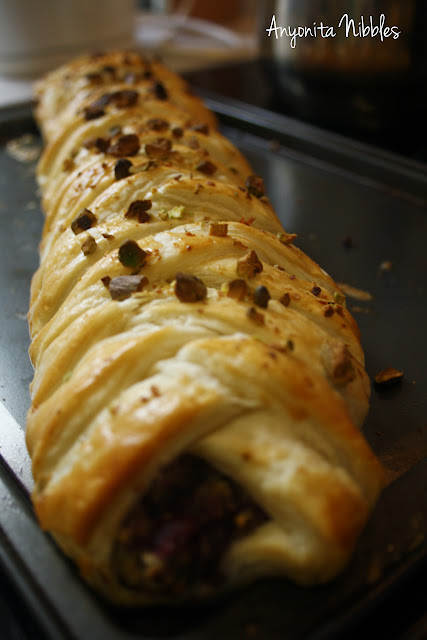 Anyonita Nibbles: cooked turky & stuffin' braid with cranberry & pistachio