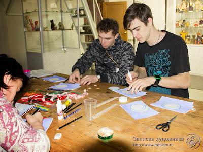 Ребята-волонтеры помогают слабовидящим детям подписать открытки