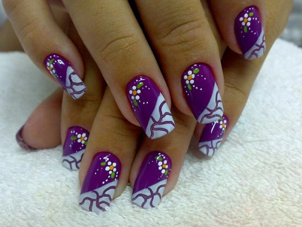 Lindas unhas decoradas com a cor roxo
