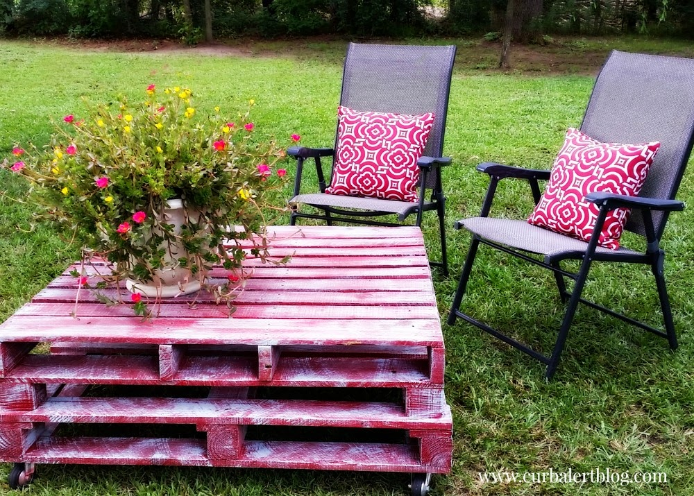 Awesome DIY Outdoor Pallet Patio Table via Curb Alert Blog curbalertblog