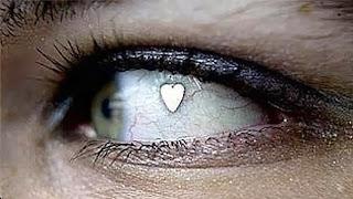 Moda-peligrosa-Implante-joyas-ojos