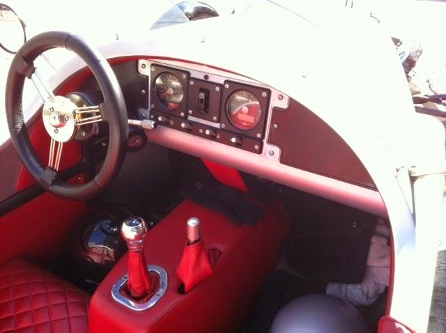 Nada de eletrônica embarcada: no Morgan 3 Wheeler os instrumentos do painel são analógicos. Repare nos capacetes deixados no assoalho do carro.