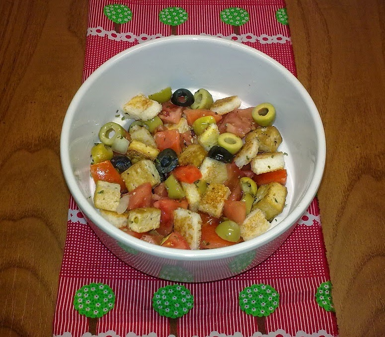 Ensalada de Tomates, Tofu, Picatostes y Aceitunas.