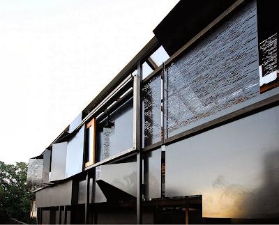 Rumah Teduh Dengan Material Kayu Dan Tanaman Hijau 1
