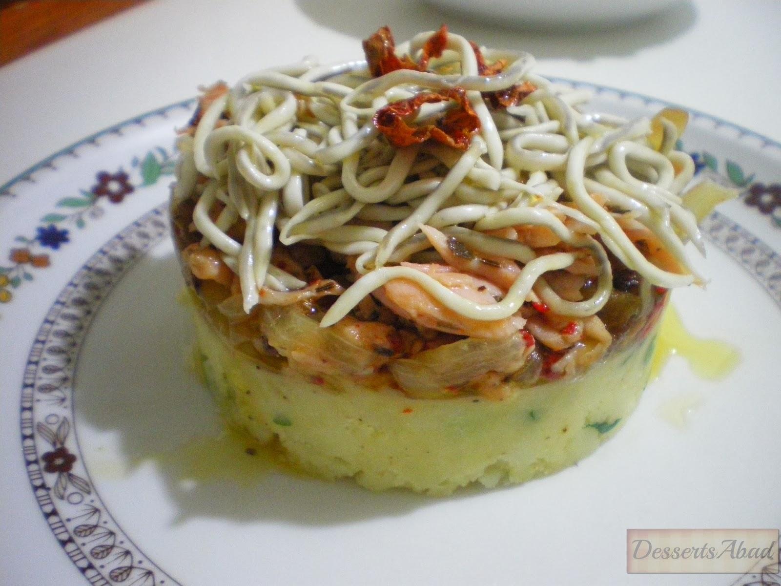 Pastel de salmón marinado con gulas al ajillo