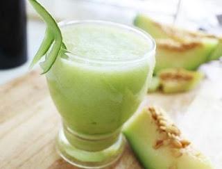 Segelas jus buah melon yang baik untuk merawat kesehatan wajah dari tumbuhnya jerawat
